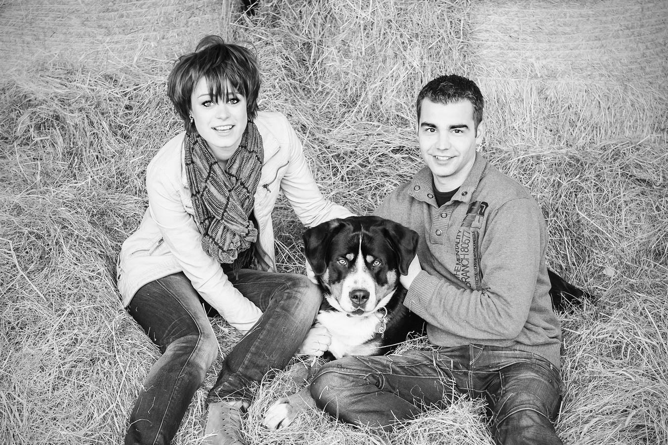 loveshoot met hond in het hooi