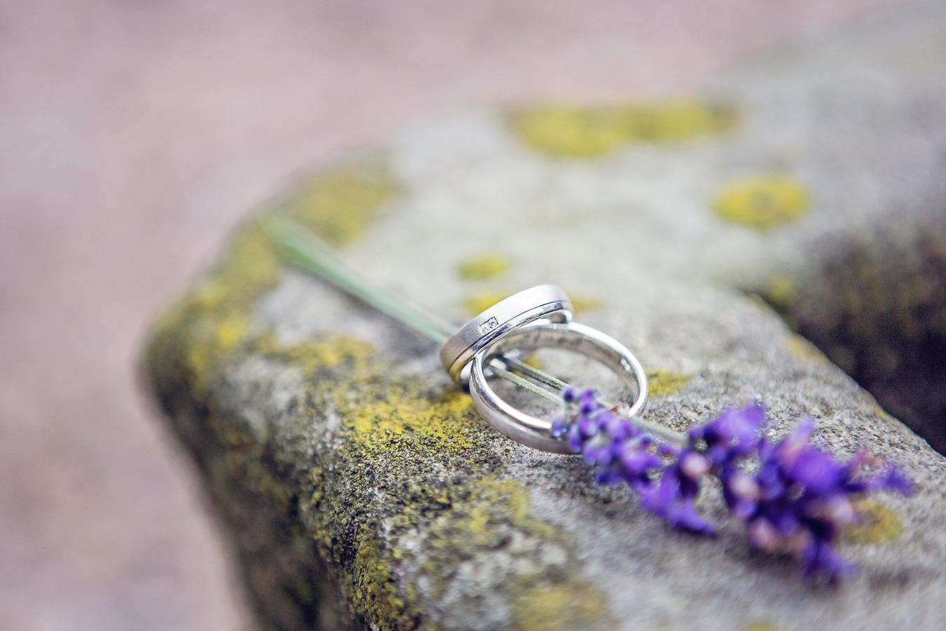 detailfoto trouwringen met lavendel
