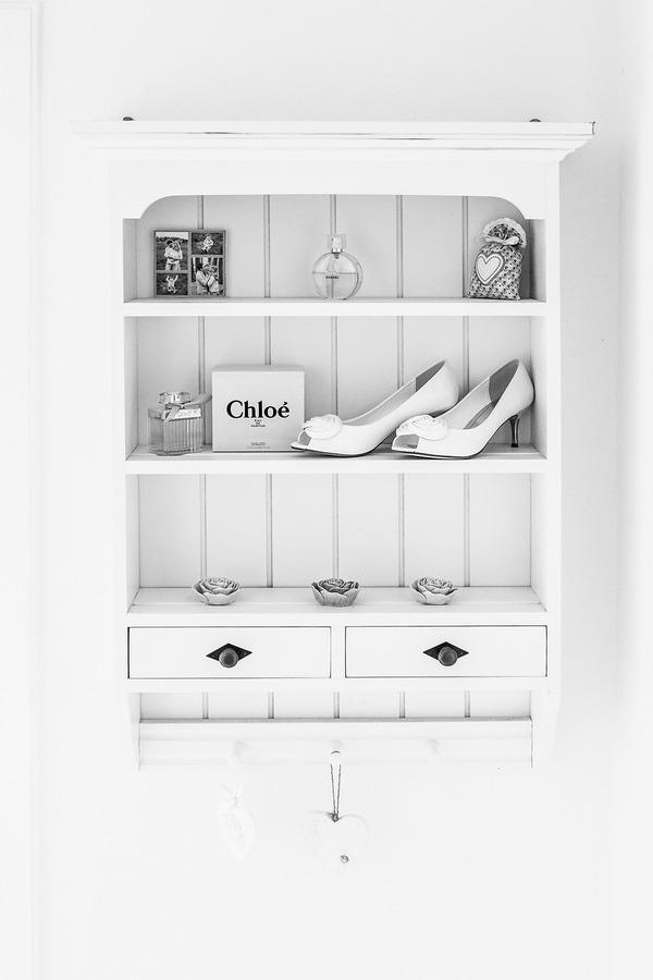 vintage trouwfoto van schoenen en parfum