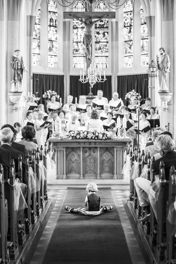 kind tijdens ceremonie kerk hertme