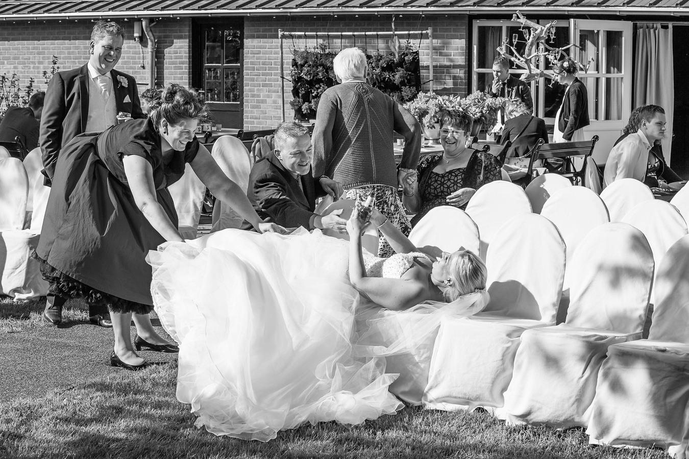 bruid languit na drinken radler bij de methoeve weerselo