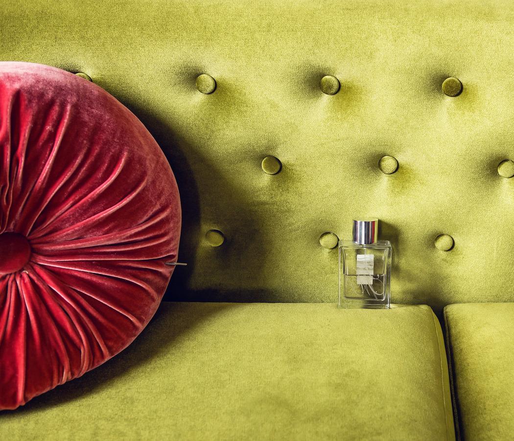 parfum op groene bank vintage