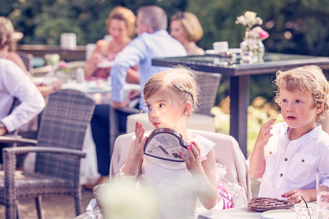 kinderen en chocolade op een warme trouwdag in juli