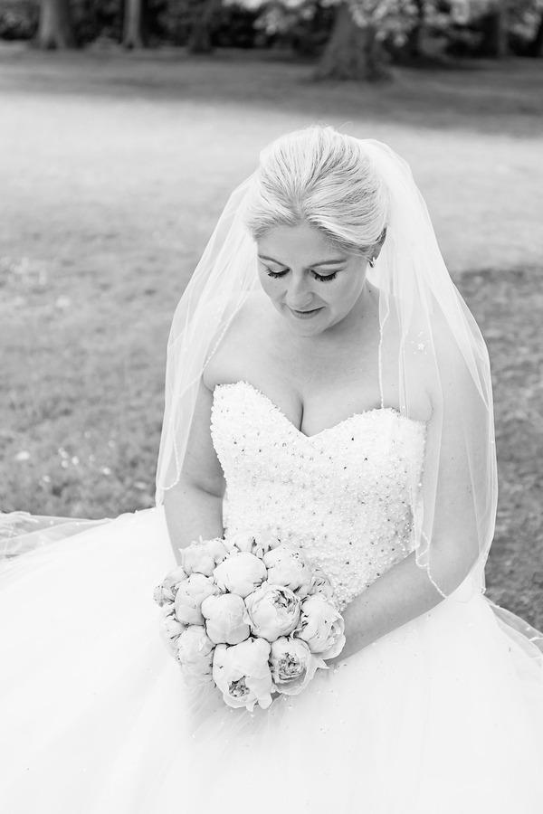 bruid met pioenrozen boeket bij engelse tuin oldenzaal
