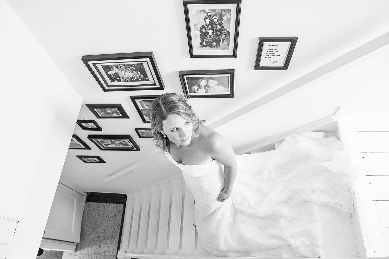 vintage wedding bruid loopt van de trap