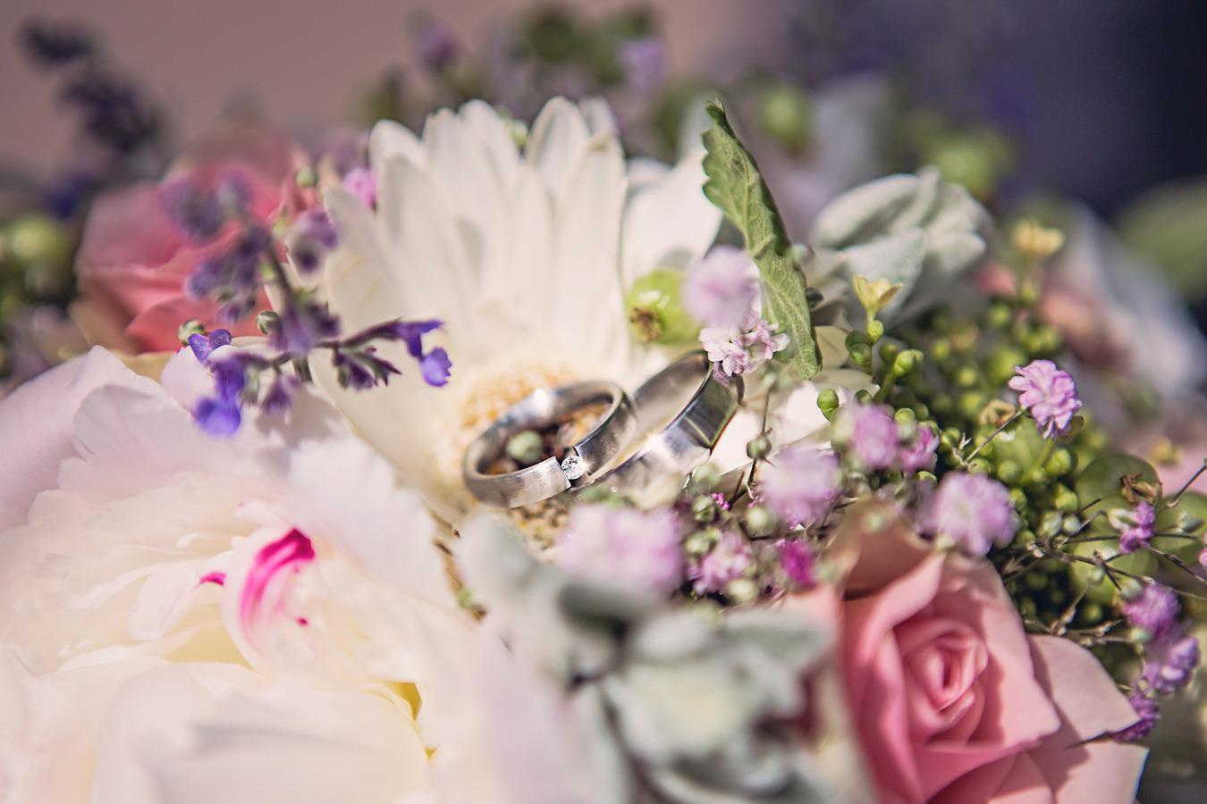 detailfoto ringen in een boeket sparkle