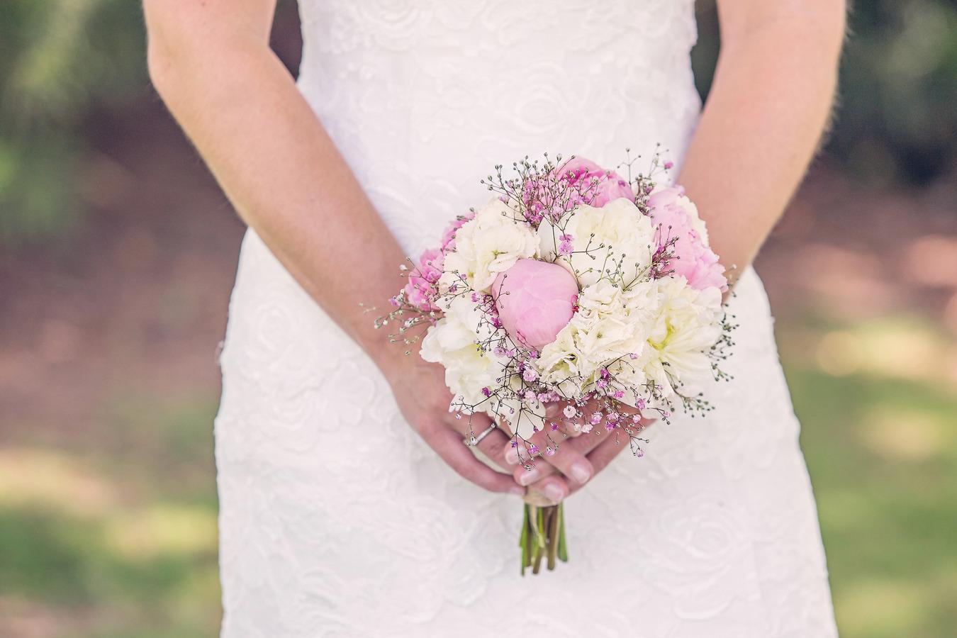 vintage wedding bij de engelse tuin oldenzaal boeket met pioenrozen
