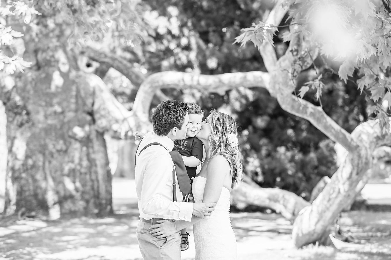 spontane vintage trouwfoto kus bij de engelse tuin oldenzaal