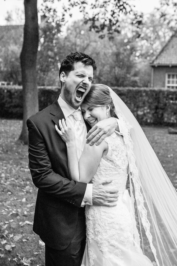 schreeuw van geluk bij het stift weerselo regenachtige bruiloft in oktober
