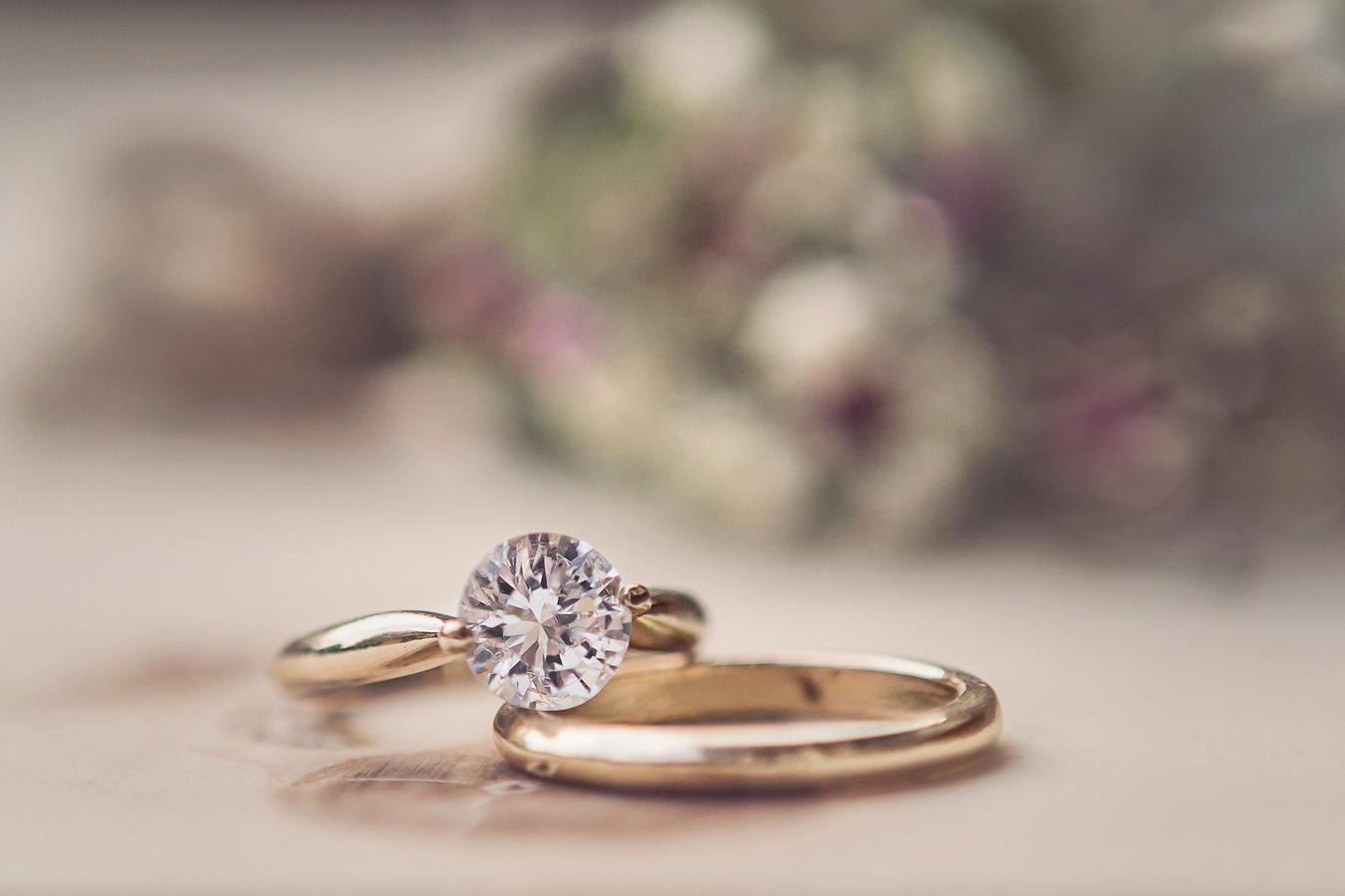 detailfoto ringen met gipskruid op de achtergrond oldenzaal