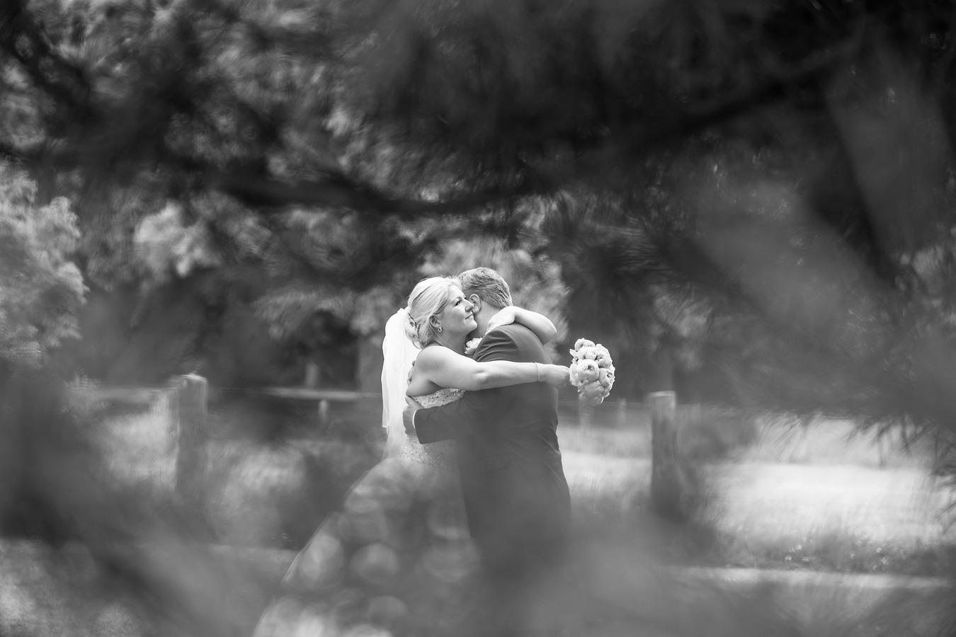spontane trouwfoto doorkijkje door den bij de engelse tuin oldenzaal