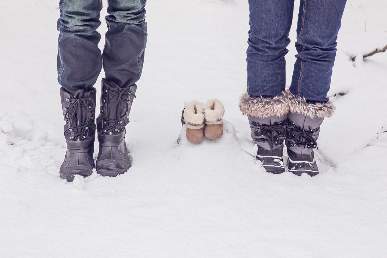 babyschoentjes in de sneeuw zwangerschapsshoot beukenbos mander