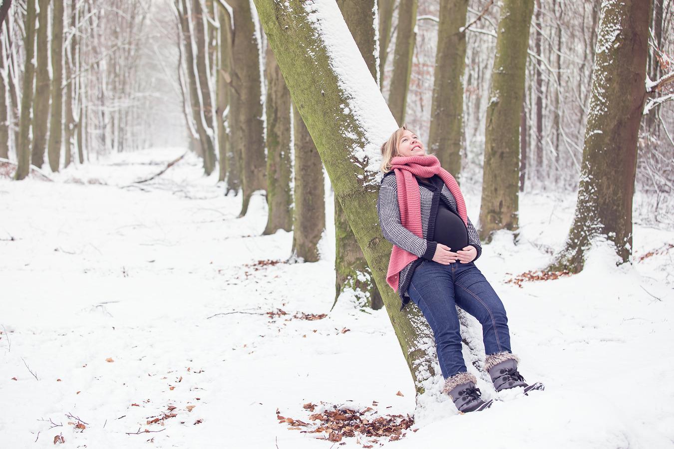 zwangerschapsshoot sneeuw mander beukenbos