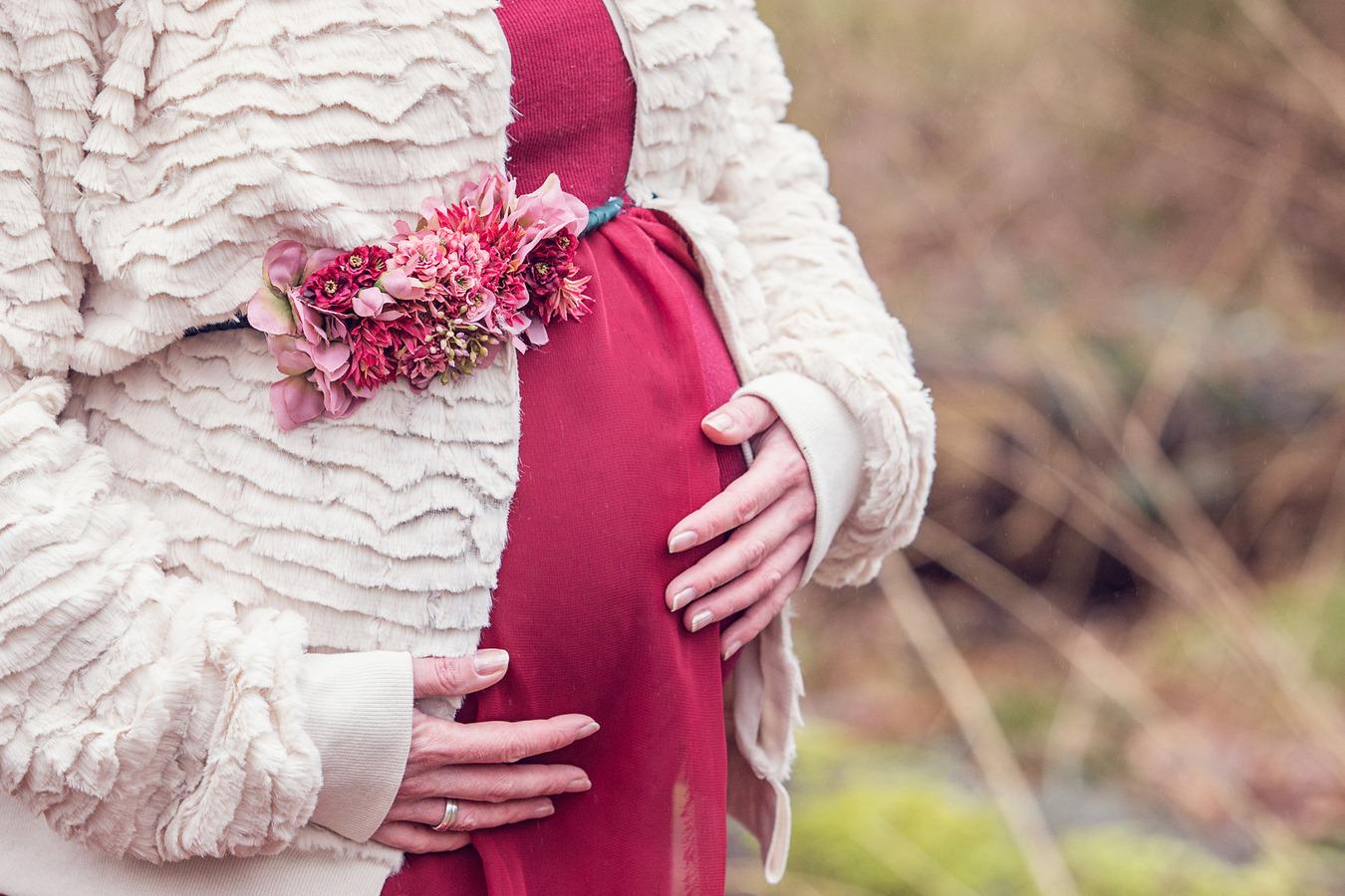 zwangerschapsshoot exclusieve jurken bloemen winter bos oldenzaal
